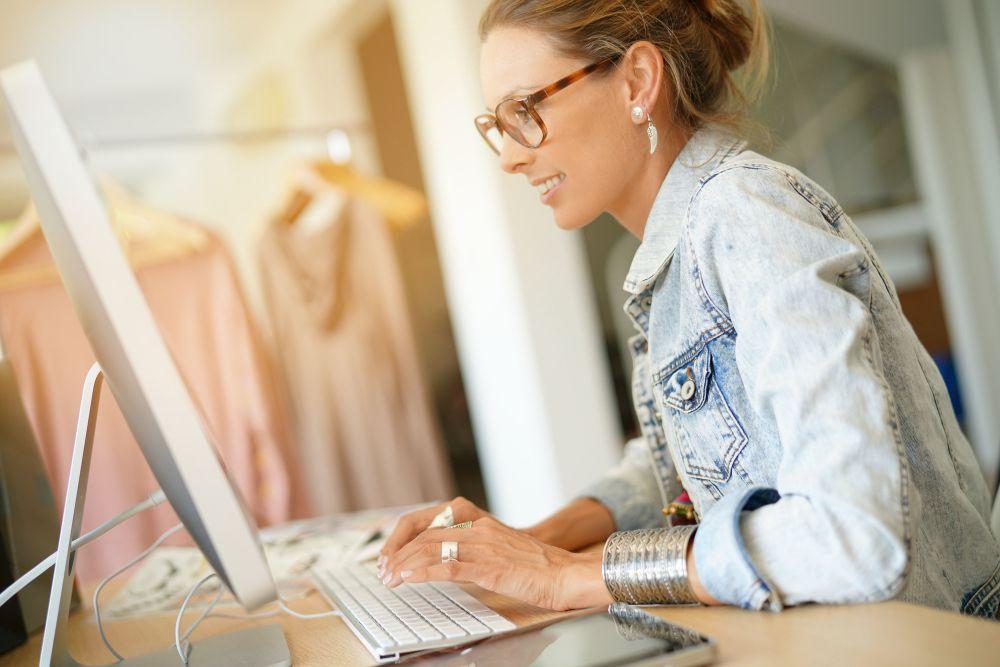 moça trabalhando no computador